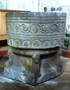 Het op de hoeken door de vier evangelisten gedragen zandstenen doopvont uit de Stiftskerk. Het is een van de weinige voorwerpen die nog getuigen van voor de reformatie. Het doopvont is waarschijnlijk gemaakt eind 12de eeuw